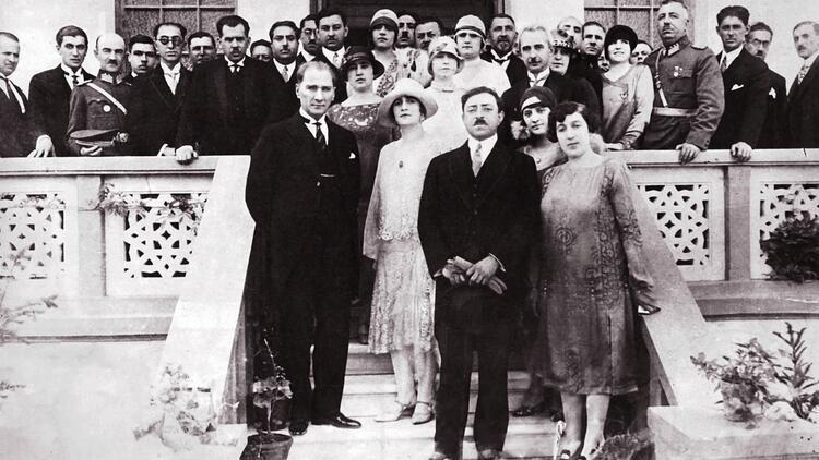 Atatürk Afgan bayrağını elleriyle direğe çekti