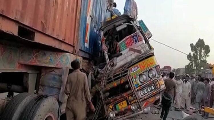 Son dakika: Pakistan'da korkunç trafik kazası: 28 ölü, 40 yaralı