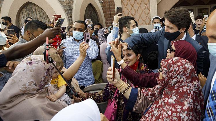 Kanada Başbakanı Trudeau, camide Müslümanlarla bayramlaştı
