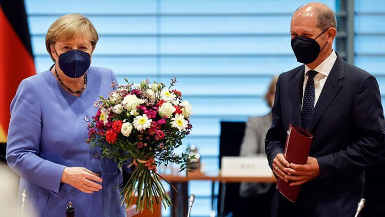 Scholz'dan Merkel'e doğum günü çiçeği