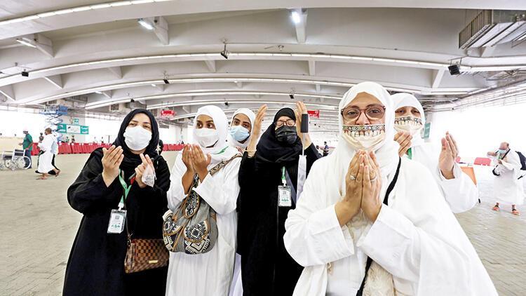 Suudi kadınlar ilk kez refakatçisiz hacca gitti