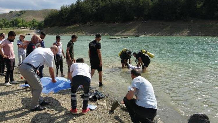 Baraj gölünde çırpınan 3 çocuğunu kurtardı, kendisi boğuldu