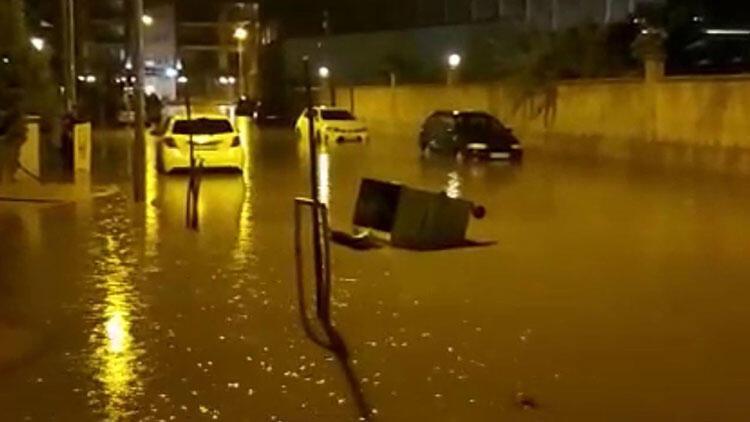 Alaşehir'de şiddetli sağanak hayatı olumsuz etkiledi