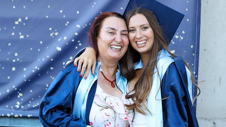 3'ncü üniversitesinden kızıyla birlikte mezun oldu