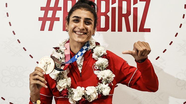 Tokyo 2020de bronz madalya kazanan Hatice Kübra İlgün çiçeklerle karşılandı Annesi...