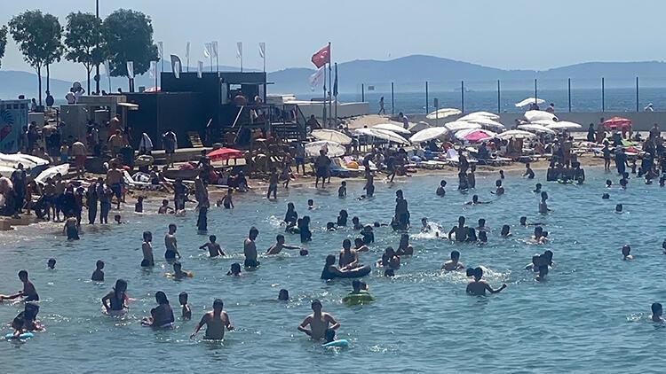 İstanbulda şaşırtan görüntü Caddebostan Sahiline akın ettiler