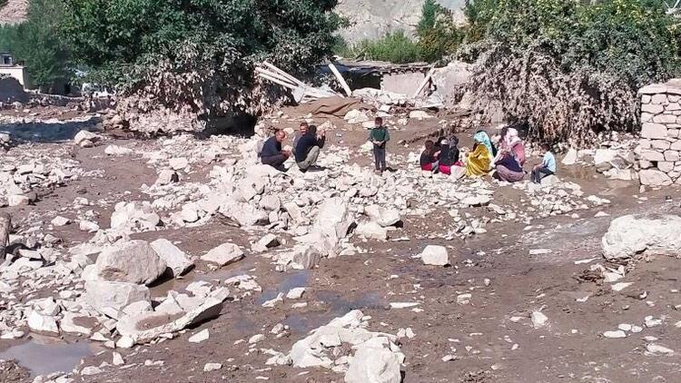 Sağlık Bakanı Koca, Vanda selden etkilenen bölgelerde ekiplerin sağlık taraması yaptığını bildirdi