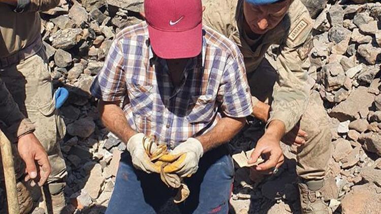 Jandarma, Aksekideki yangında yıkılan evin enkazında bulunan bilezikleri sahibine ulaştırdı