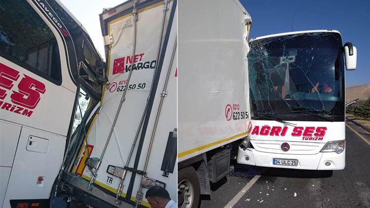 Erzincanda yolcu otobüsü TIRa çarptı: 26 yaralı