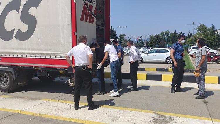 Sürücü ihbar etti, TIRın dorsesindeki 2 kaçak göçmen yakalandı