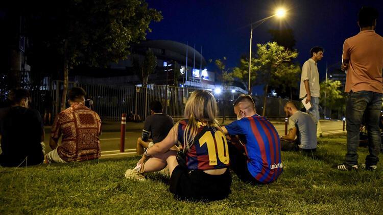 Son Dakika: Barcelonada taraftarlar Lionel Messi için toplandı