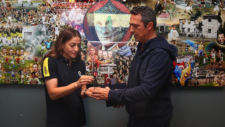 Fenerbahçe Kulübü Başkanı Ali Koç, olimpiyat ikincisi boksör Buse Naz Çakıroğlu ile bir araya geldi