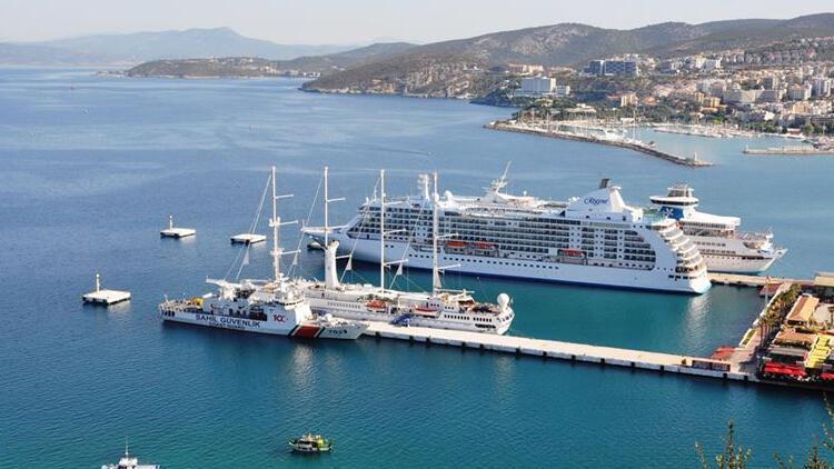 Kuşadası Limanına 16 ay sonra ilk kruvaziyer gemisi yanaştı