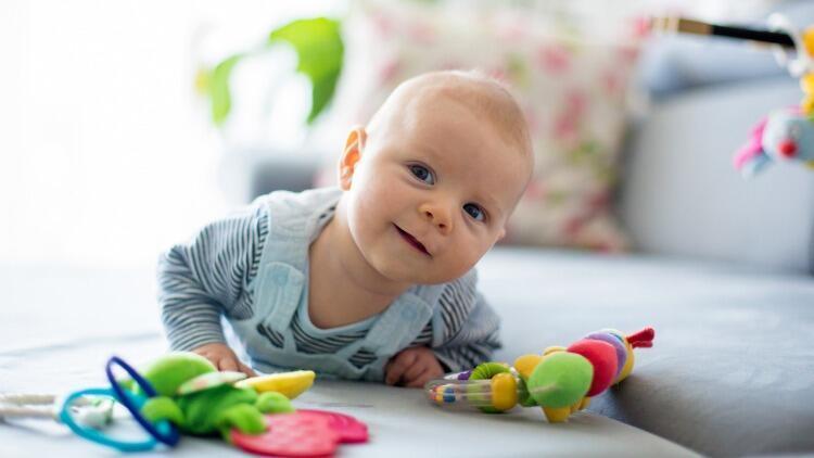 Bebekler ne zaman emekler, oturur ve yürür? Uzmanlar yanıtladı