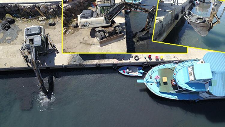 Kuraklık nedeniyle suyun çekildiği Van Gölünde balıkçı tekneleri iş makinesi yardımıyla açıldı