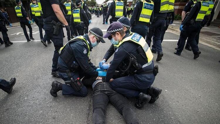 Avustralyada akılalmaz görüntü Polisle böyle çatıştılar