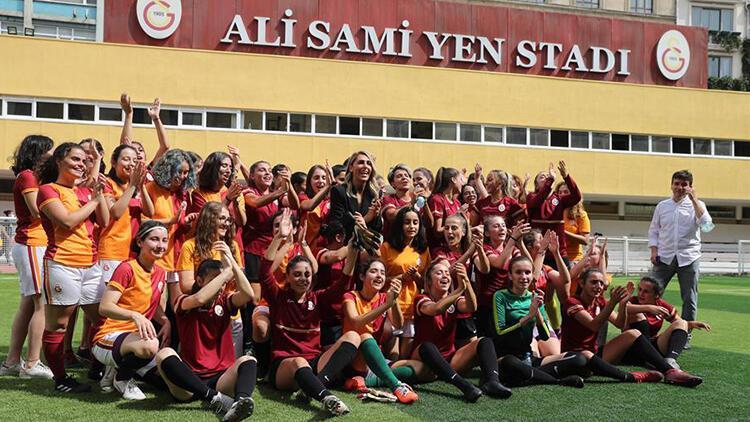 Galatasarayda kadın futbol takımı tanıtıldı