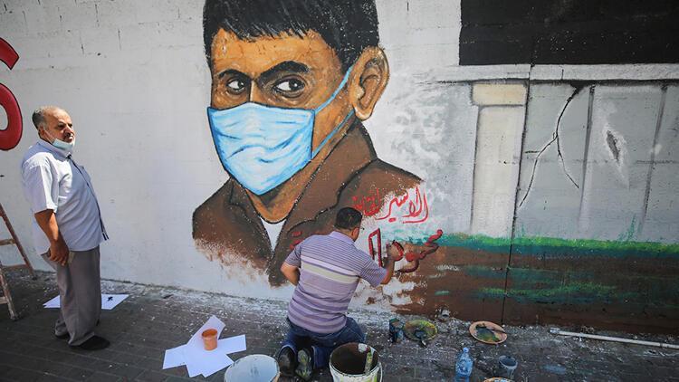 Gazzede ressamlar hapishaneden kaçan Filistinlileri resmetti