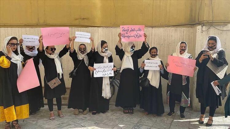 Afgan kadınları eğitim hakları için sessiz protesto düzenledi