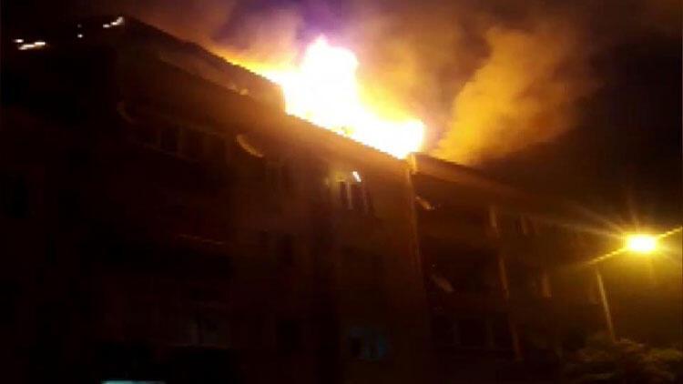Eyüpsultan'da bir binanın çatısı alev alev yandı