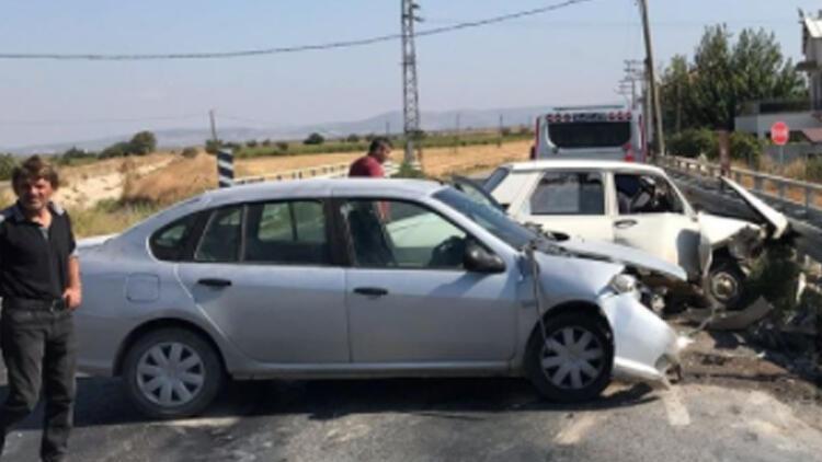 Manisada iki otomobil çarpıştı: 3 yaralı