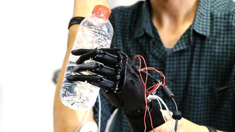 Para tekvandocunun protez kolu geleceğin mühendislerinden
