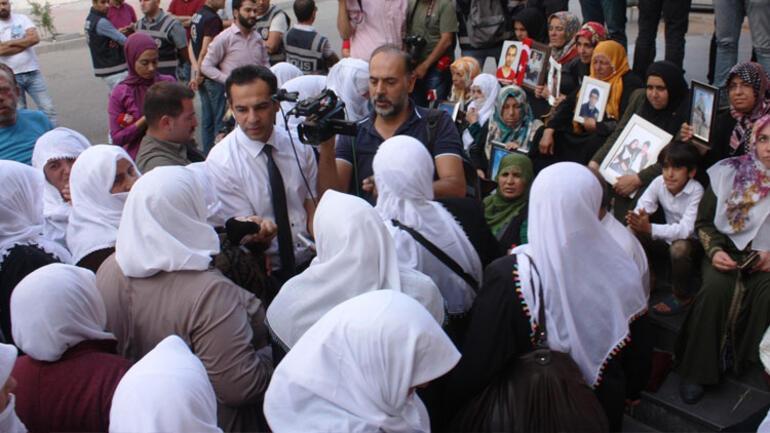 Ağrı'lı Beyaz tülbentli annelerden HDP önündeki ailelere destek Ağrı'dan gelen ve beyaz tülbent takan 200 anne, çocuklarının dağa kaçırıldığı iddiasıyla HDP Diyarbakır İl Başkanlığı önünde oturma eylemi başlatan ailelere destek ziyaretinde bulundu. ile ilgili görsel sonucu