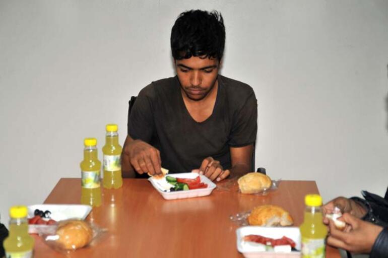 24 terörist teslim oldu Mehmetçik yemek verdi…