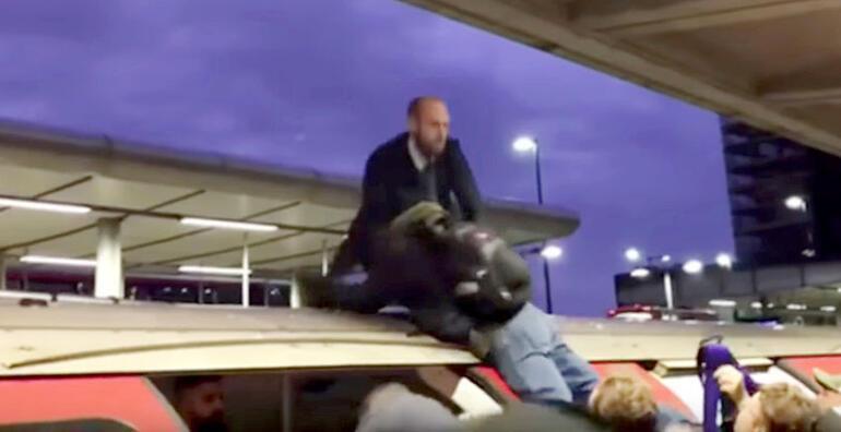 İşe geç kalanların öfkesi: Trenin üzerinden atıp yerde dövdüler