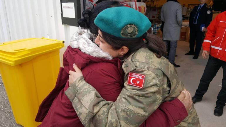 Depremzede kadın, yardım dağıtan kadın Türk subayına sarılıp ağladı