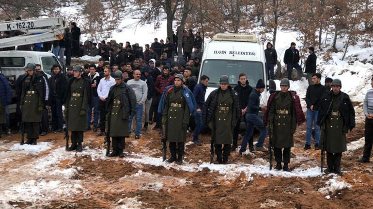 Şehit cenazesinde dikkat çeken an Üşümesinler diye montlarını askerlere giydirdiler
