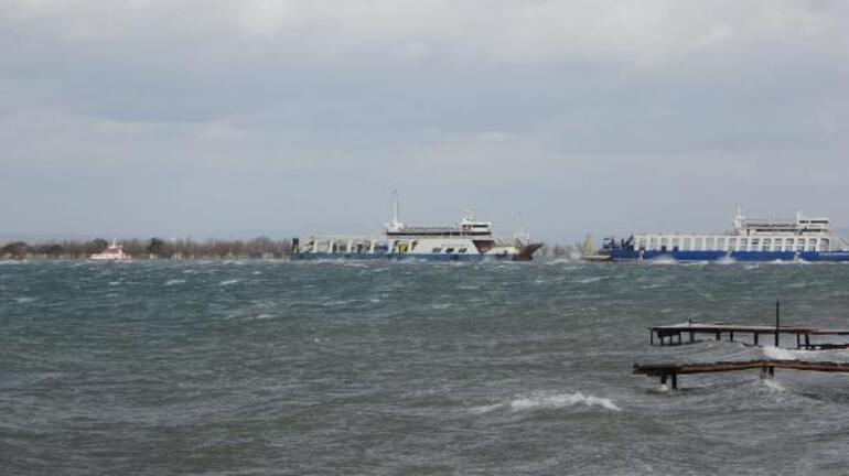 Çanakkalede fırtınanın sürüklediği feribot karaya oturdu