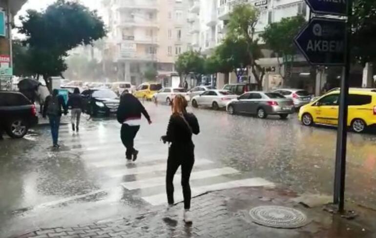 Antalyayı sağanak vurdu Caddelerde su baskınları oluştu