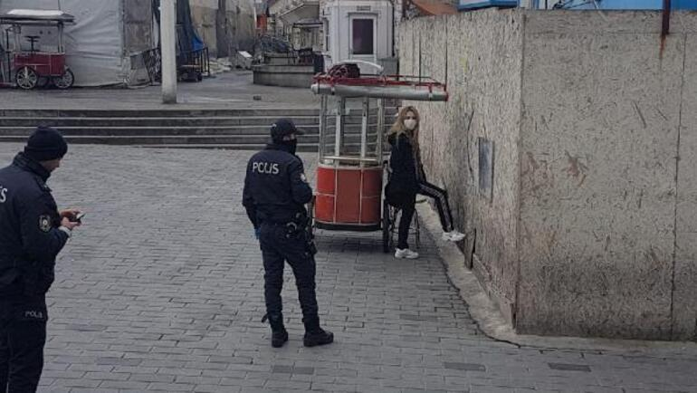 İstanbulda hareketli dakikalar Polis karantinadan kaçan kadının etrafını sardı...