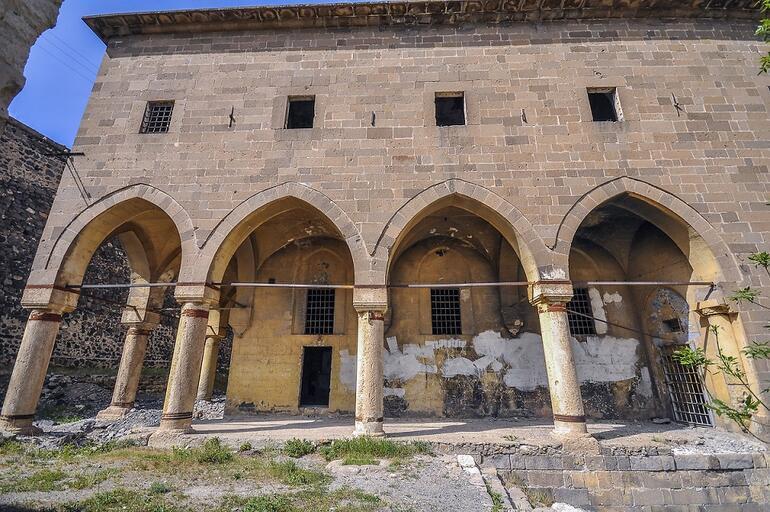Kiliseden cezaevine dönüştürülen  yapı kaderine terk edildi