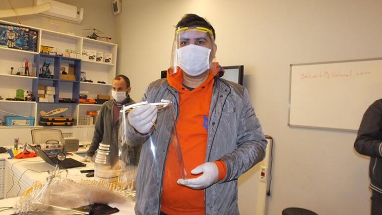 Burhaniyeli öğretmenlerden sağlıkçılar için siperlik maske üretimi