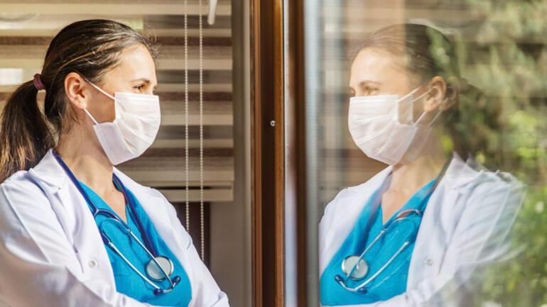"""Apartmanlara """"Arka kapıyı  kullanın"""" gibi notlar asılıyor... Sağlık çalışanları ve yakınları anlatıyor"""