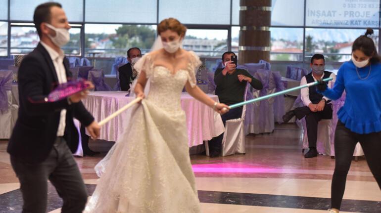 Düğünler için ilginç tedbir: Sosyal mesafe çubuğu