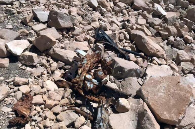 Süphan Dağı'nın zirvesinde düşen uçağa ait parçaları fotoğrafladı
