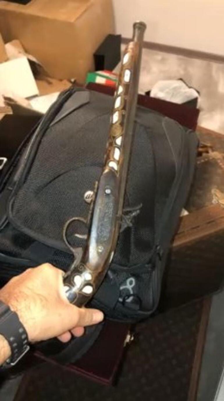 Gergedan boynuzu, fildişi, yılan derisi... 2 yıl takipten sonra İzmirde operasyon düzenlendi