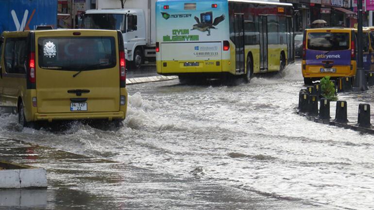 Son dakika haberi: Mecidiyeköy ve Üsküdarda yollar su altında... Araçlar mahsur kaldı