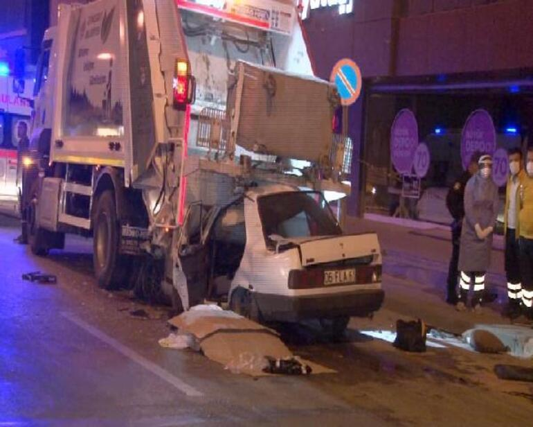 Son dakika... Ankarada otomobil, çöp kamyonuna ok gibi saplandı