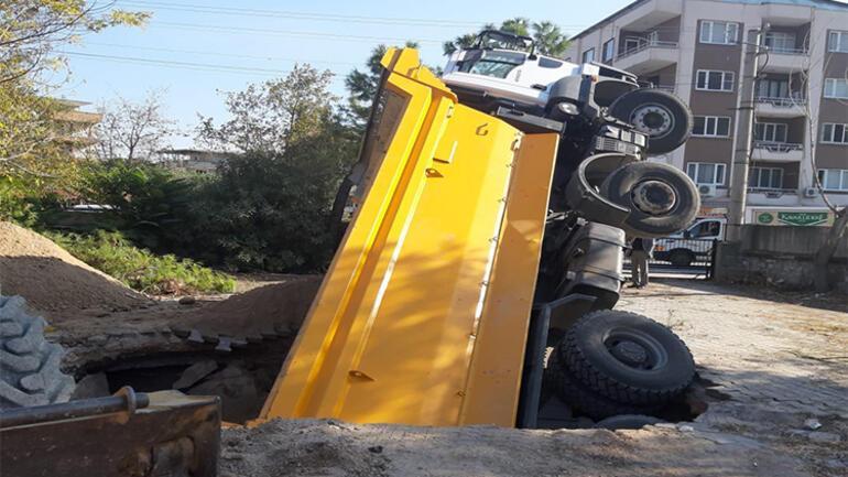 İş kamyonu foseptik çukuruna düştü