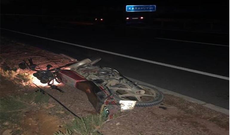 Traktöre bağlı tarım aletine çarpan motosikletlerin sürücülerinden biri öldü, diğeri yaralandı