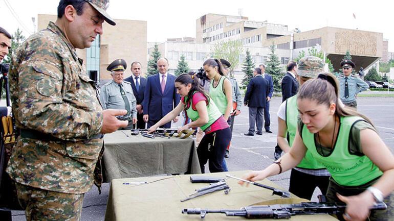 Ermenistan'da öğrencilere kışlada savaş eğitimi