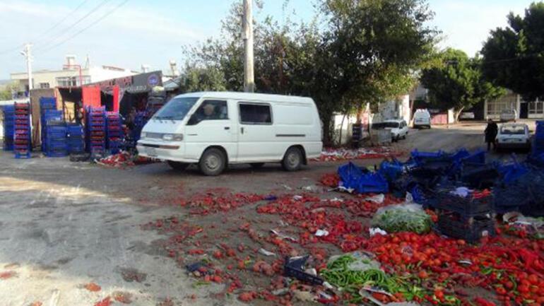 Kamyon marketin önünde devrildi; biber ve domatesler yola saçıldı