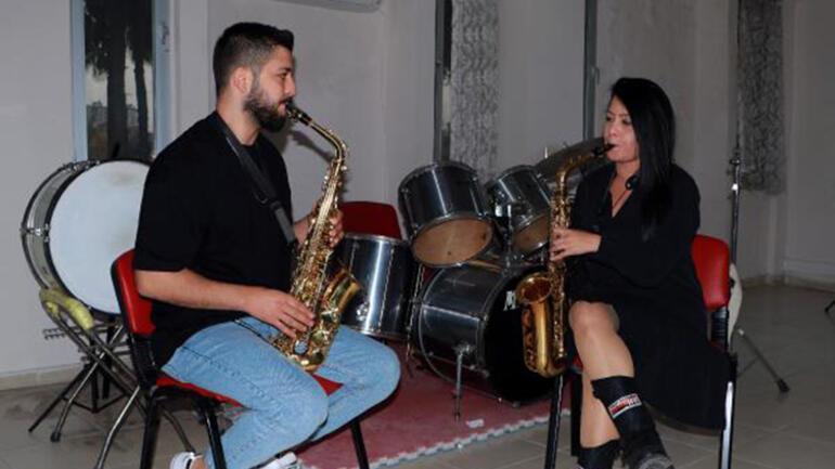 Adana'nın tek kadın bandocusu Dudu'dan gençlere alto saksafon eğitimi