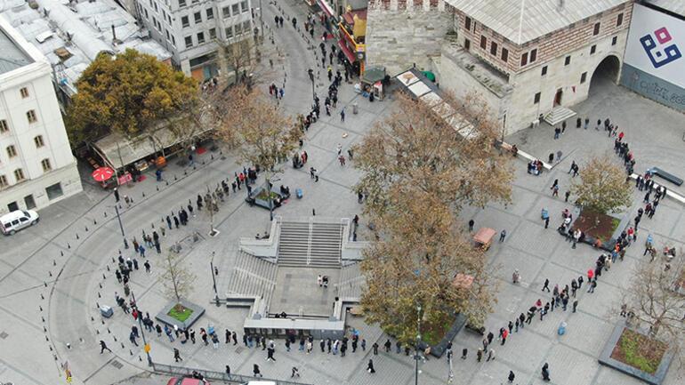 Eminönünde metrelerce uzayan Milli Piyango bileti kuyruğu