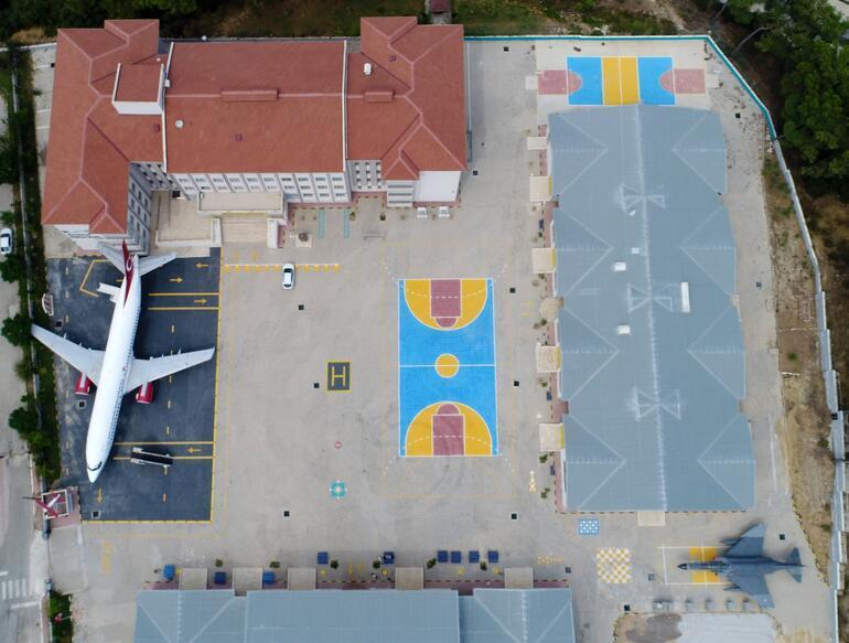 Lise bahçesinden kalkan uçak dünyayı geziyor