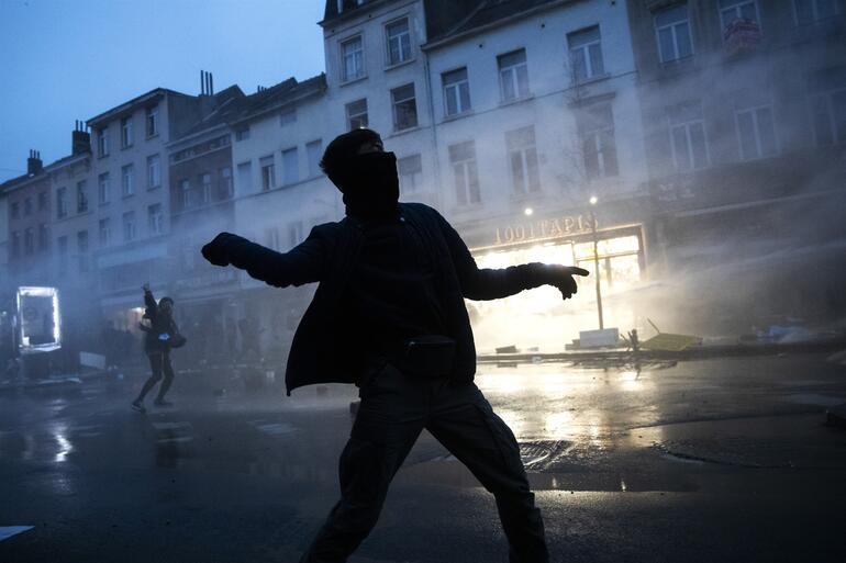 Avrupanın göbeğinde kaos Afrikalı bir genç karakolda öldü... Polis merkezini ateşe verip Kralın aracını taşladılar
